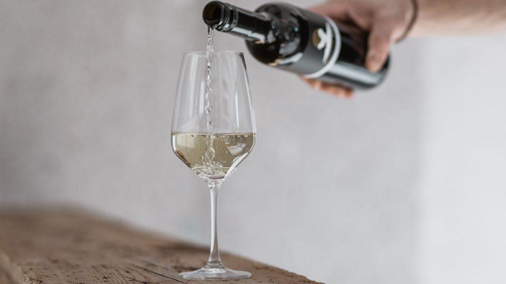 KühbreinMost wird in ein Weinglas geschenkt